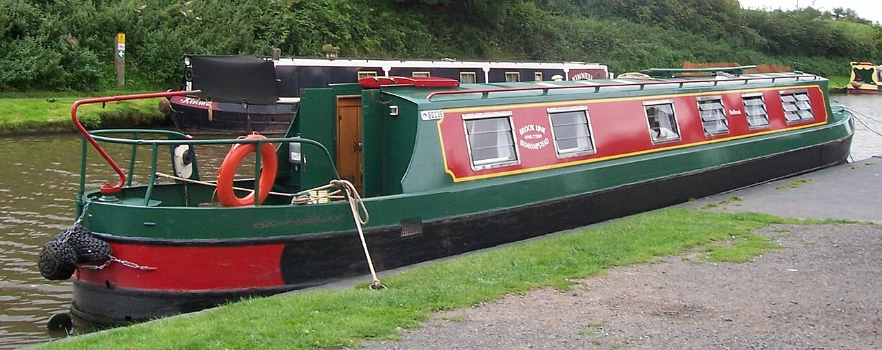 1280px-Narrowboats-at-tardebigge